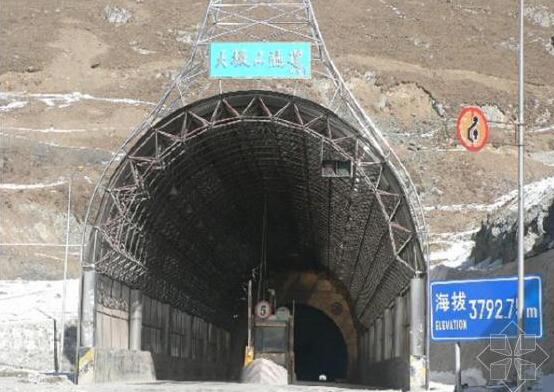 高铁隧道--兰新铁路客运专线大坂山隧道无砟轨道,日前全部完成